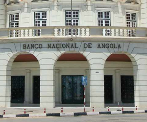 "ANGOLA: CHEQUES ""CARECAS"" DISPARARAM"