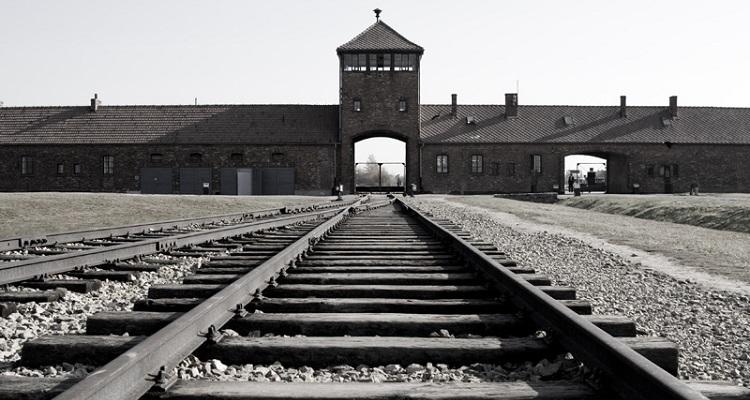 Revelados segredos de carta enterrada por prisioneiro em Auschwitz
